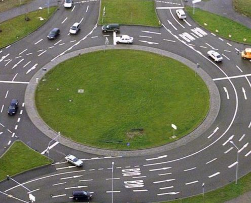 nur-bei-der-ausfahrt-aus-dem-kreisverkehr-blinken-image_900x510